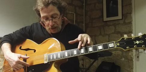 Derek Sebastian professeur d'harmonie et d'histoire de la musique à la Swing Romane Académie