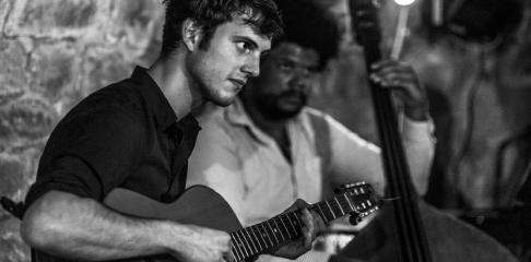 Hadrien Rémy professeur de guitare swing jazz bebop et professeur de solfège