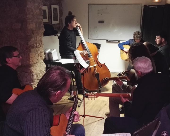 Formation amateur guitare violone contrebasse à la Swing Romane Académie